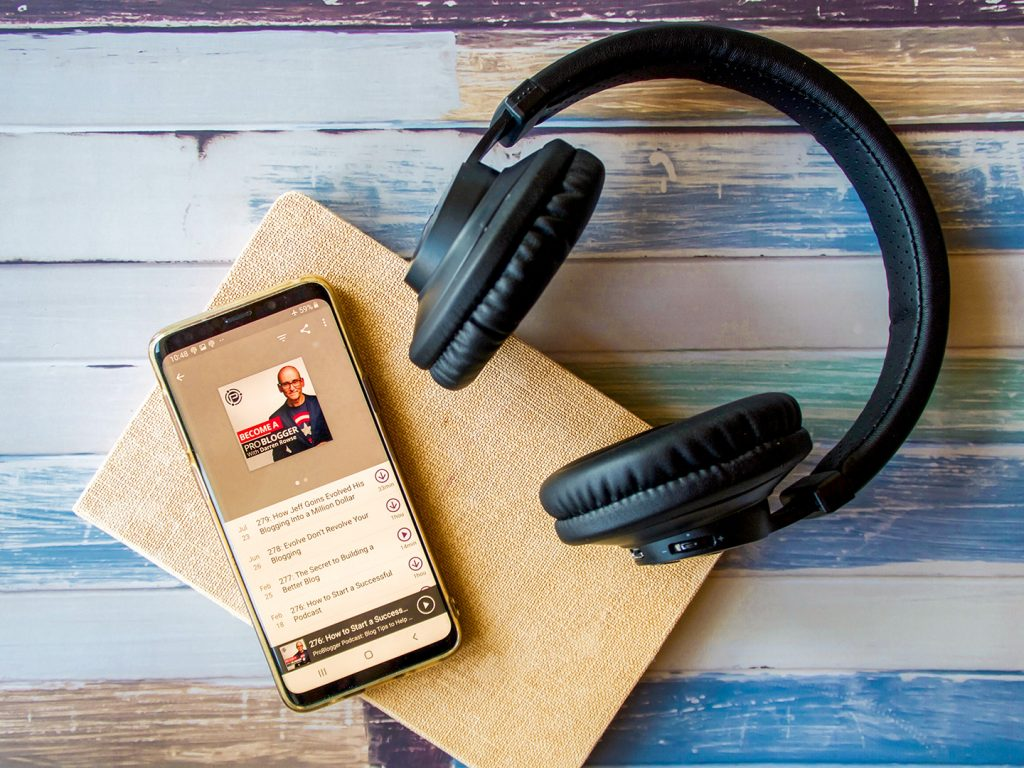 8 Creative Podcasts to Listen to If You Want to Make Money Online Problogger podcast -#yourbosomfriend